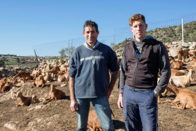Dos generaciones de ganaderos de caprino, en la localidad de El Barraco