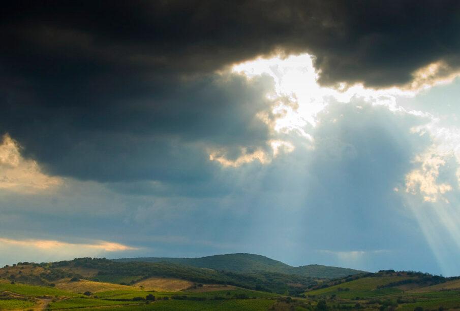 Nubes sobre unos viñedos en Aragón.