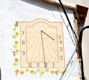 Foto destacada: Angela Llop Seguir. Rellotge de Sol de Cal Magre, la Bisbal del Penedès. Creative Commons.