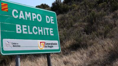 Cartel del Campo de Belchite en una carretera.