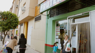 Personas a la salida de un establecimiento en un pueblo.