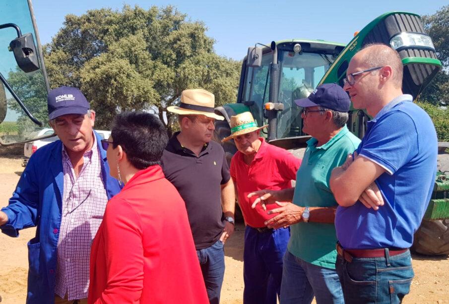 Agricultores comprobando el funcionamiento del dispositivo, en la prueba organizada por UPA-UCE la semana pasada.
