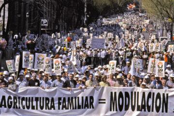 Manifestación de UPA en Madrid en 2002, para pedir una PAC más justa para los pequeños agricultores. Foto: Joaquín Terán.