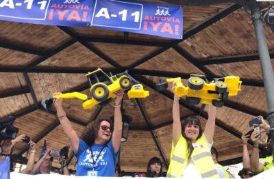 Excavadoras de juguete que van a ser enviadas al Ministerio de Fomento para exigir el fin de las obras de la Autovía del Duero.