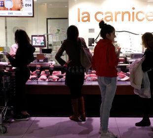 Clientes en un establecimiento de la gran distribución. Foto: Joaquín Terán.