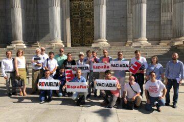 Representantes de la Coordinadora de la España Vaciada, esta semana, ante el Congreso de los Diputados. Foto: Teruel Existe