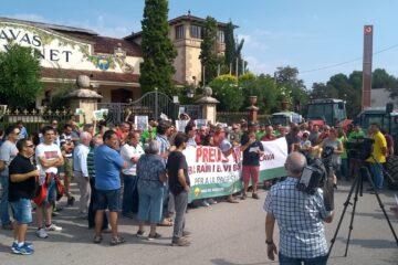 Manifestación de viticultores a las puertas de Freixenet. Foto: Unió de Pagesos.