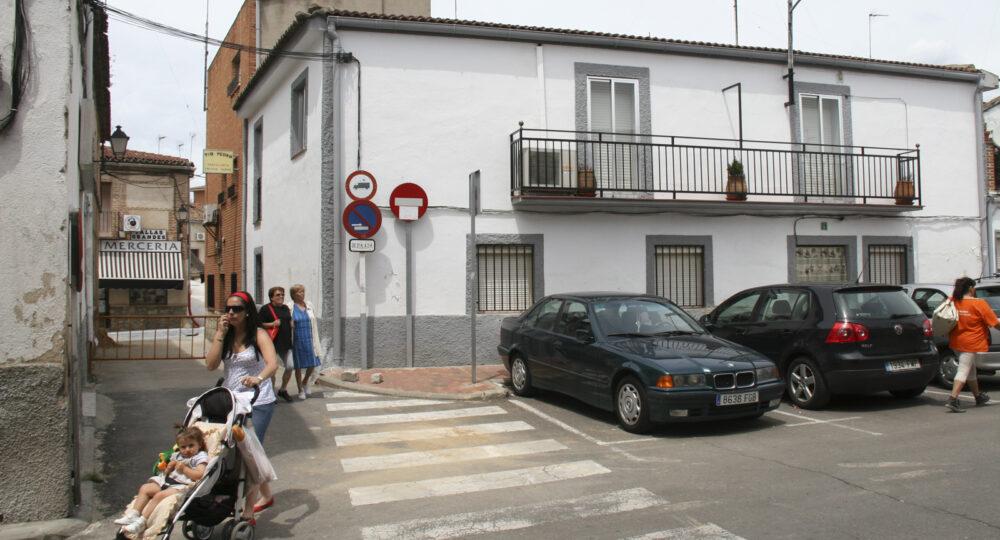 Personas de distintas edades en la calle de un pueblo.