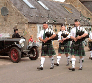 """Gaiteros encabezan el desfile del """"Gala Day"""" en el pequeño pueblo de Dallas (Escocia): Autor: Mike McBey (Creative Commons)"""