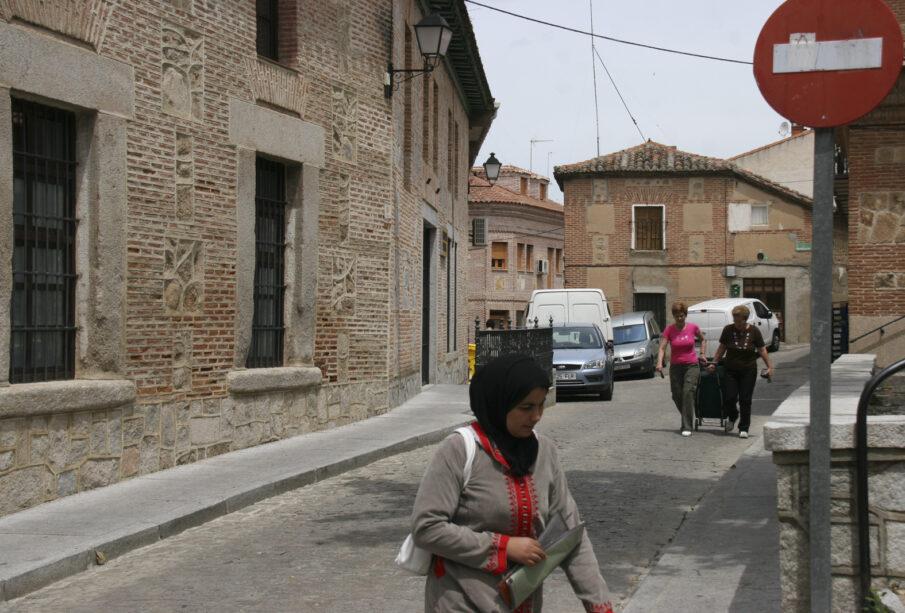 Mujer musulmana en la calle de un pueblo
