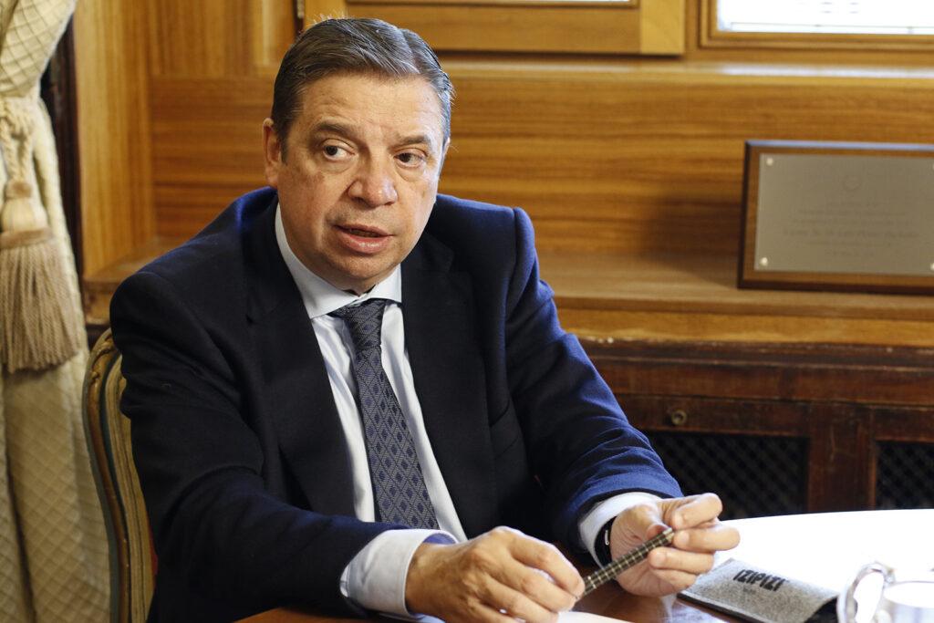 El ministro de Agricultura, Pesca y Alimentación, Luis Planas, en su despacho. Foto: Joaquín Terán.