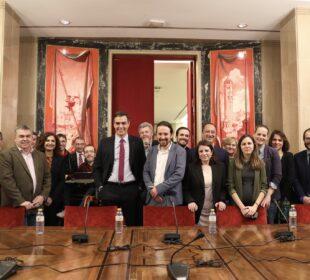 Miembros del PSOE y de Unidas Podemos, hoy en el Congreso de los Diputados, durante la firma del acuerdo. Foto: PSOE