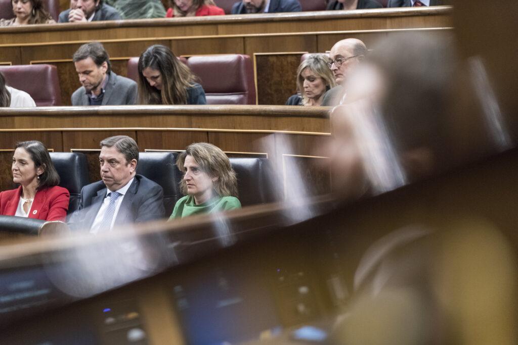 Abajo, y de derecha a izquierda, Teresa Ribera, Luis Planas y Reyes Maroto, durante la sesión de investidura. Foto: PSOE