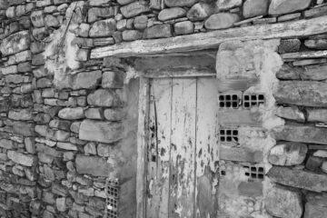 Puerta de una casa abandonada en Villar del Río (Soria)