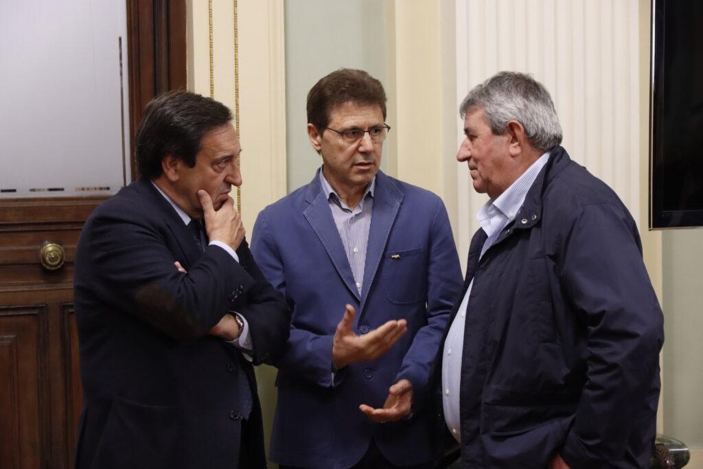 Pedro Barato, Miguel Blanco y Lorenzo Ramos, momentos antes de la reunión con el ministro Planas en el día de ayer. Autor: Joaquín Terán.