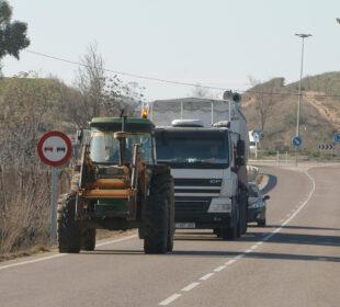 Un tractor y un camión, en una carretera en la provincia de Toledo. Autor: Joaquín Terán