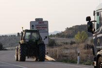 Un tractor y un camión se desplazan por una carretera, en Zaragoza. Foto: Joaquín Terán