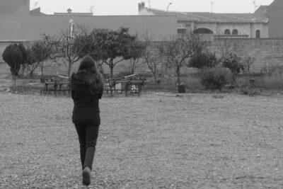 Joven pasea por una zona rural.