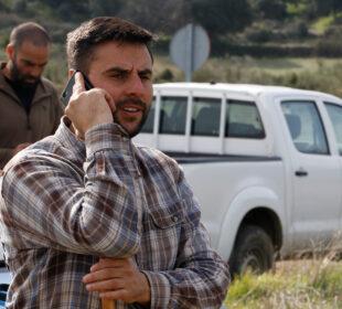 Un pastor habla con su móvil en El Barraco (Ávila).