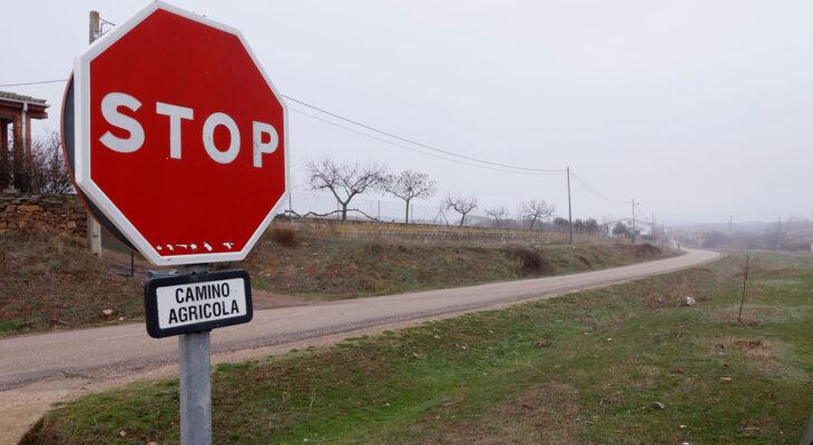 Una señal de STOP en un camino agrícola en Almendra (Zamora). Autor: Joaquín Terán.