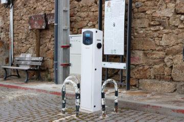 Un enchufe de carga para coches eléctricos, en Gargantilla de Lozoya (Madrid). Autor: Joaquín Terán