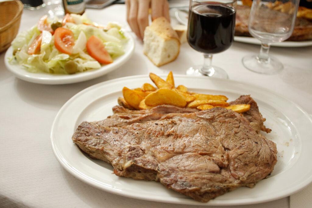 Una pieza de carne en el restaurante El Chato, en El Barraco (Ávila)