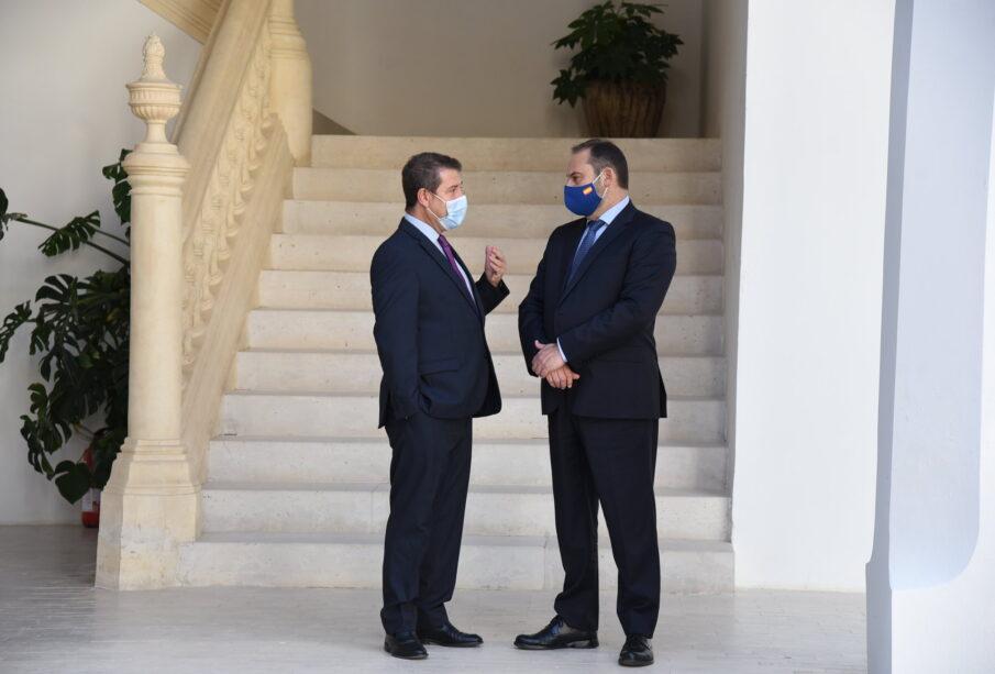 El presidente de Castilla-La Mancha, Emiliano García Page y el ministro de Transportes, José Luis Ábalos, reunidos en Toledo. JCCM
