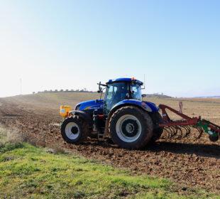 Un tractor realizando una siembra, en Madrid.