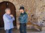 Un guardiacivil conversa con un párroco en Villar del Río (Soria).