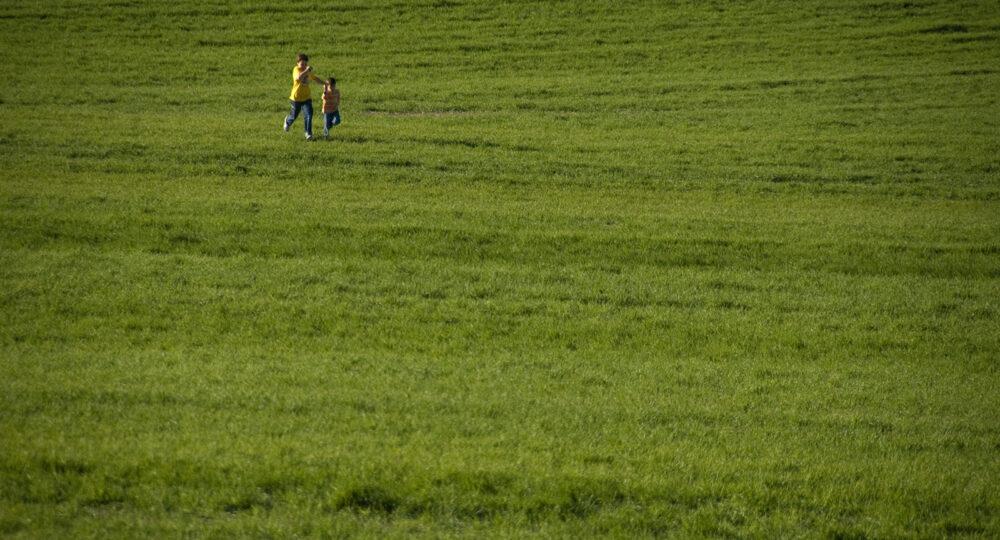Niños corriendo en un pueblo de La Mancha