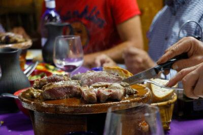 Comensales degustan carne de ternera en un restaurante, en Cangas de Narcea.