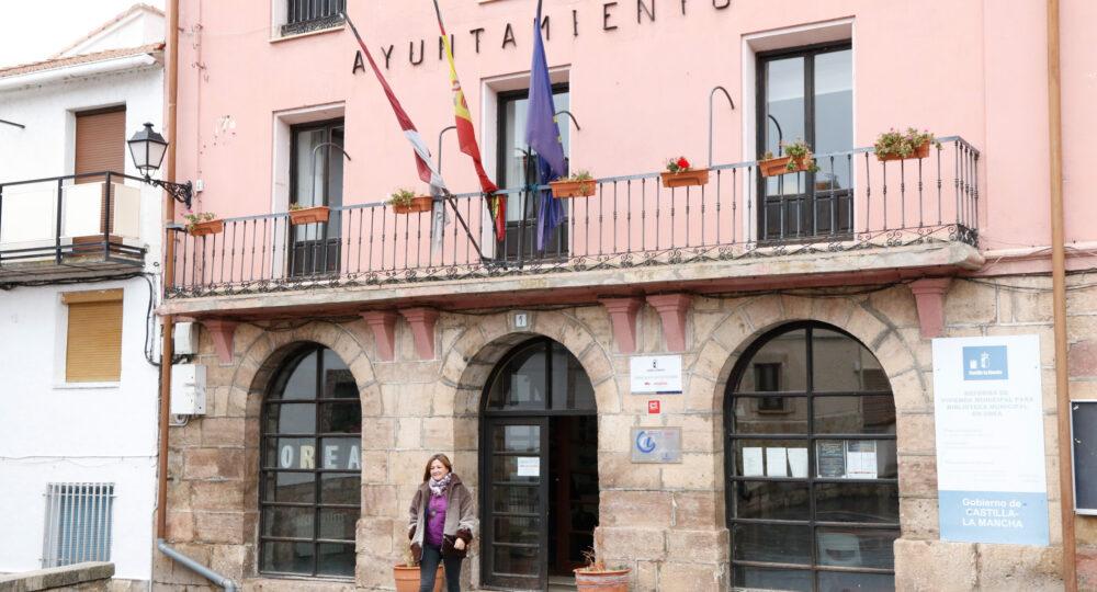 Marta Corella, a las puertas de su Ayuntamiento, en Orea (Guadalajara).