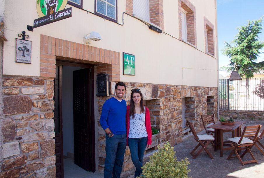 Los propietarios de Agroturismo El Capriolo, a las puertas de una de sus casas rurales en Garganta de los Montes (Madrid).
