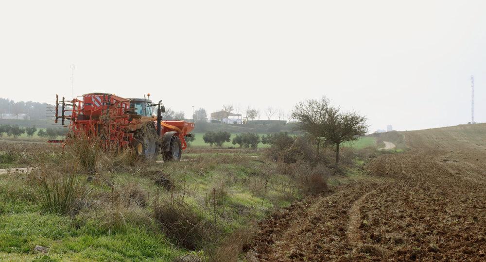 Un tractor por un camino agrícola, al sur de Madrid.