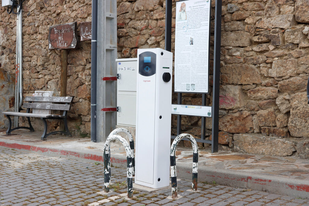 Enchufe de carga para coches eléctricos, en Gargantilla de Lozoya (Madrid). Foto: EDR.