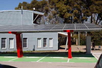 Placas solares que sirven para dar sombra y cargar coches eléctricos, en Vilafranca del Penedès.