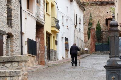 Un hombre pasea por una calle de Orea (Guadalajara). Foto: EDR.