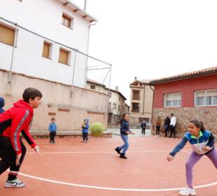 Niños juegan en el colegio rural de Orea (Guadalajara).