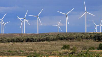 Molinos de viento, junto a campos de cultivo.