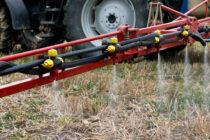 Pulverizadores echando pesticidas en un campo.