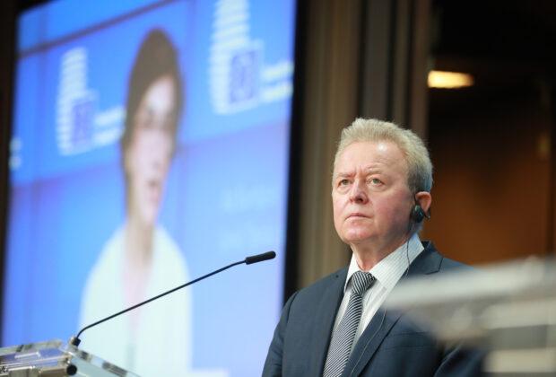 El comisario de Agricultura de la UE, Janusz Wojciechowski, escucha a la ministra de Agricultura portuguesa Maria do Céu Antunes, en la rueda de prensa tras el fracaso de las negociaciones de la PAC. Foto: Consejo Europeo.