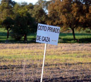Cartel que indica un coto privado de caza. Foto: Arkangel. Creative Commons