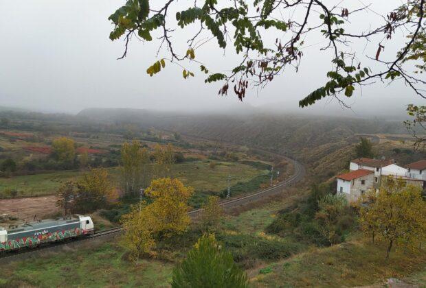 El tren a su paso junto a Alcanadre.