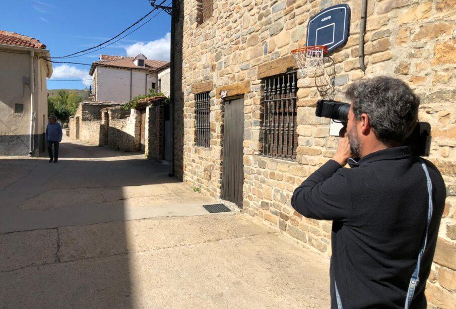 Un cámara realiza un reportaje en un pueblo de Soria. Foto: EDR.