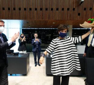 El ministro Planas aplaude a la ministra de Agricultura de Portugal, Maria do Céu Antunes, este lunes, tras ratificarse el acuerdo de la PAC. Autor: Unión Europea.