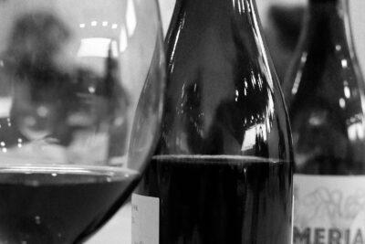 Botellas y copa de vino.