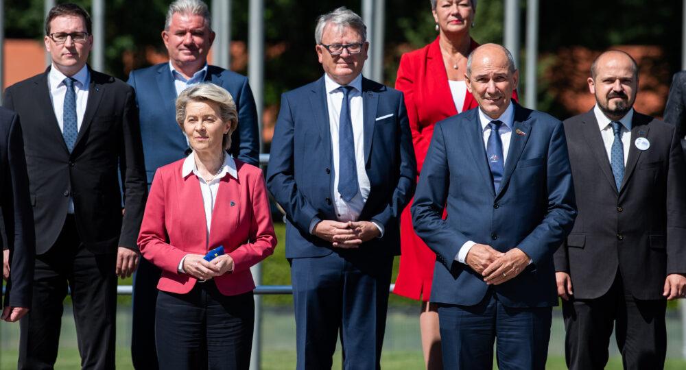 La presidenta de la Comisión Europea junto a la delegación de Eslovenia al comienzo de la Presidencia eslovena, en julio de 2021.