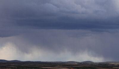 Unas nubes de verano descargando lluvia. Autor: Joaquín Terán.