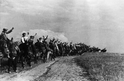 Un comité de campesinos que saludan con el puño a los milicianos que salen para unirse a las fuerzas de Madrid. 1936, Extremadura (España). David Seymour. CC
