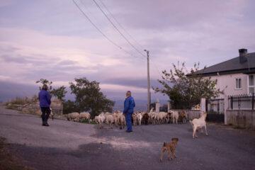 Un hombre y una mujer en un pueblo de Orense. Foto: EDR.